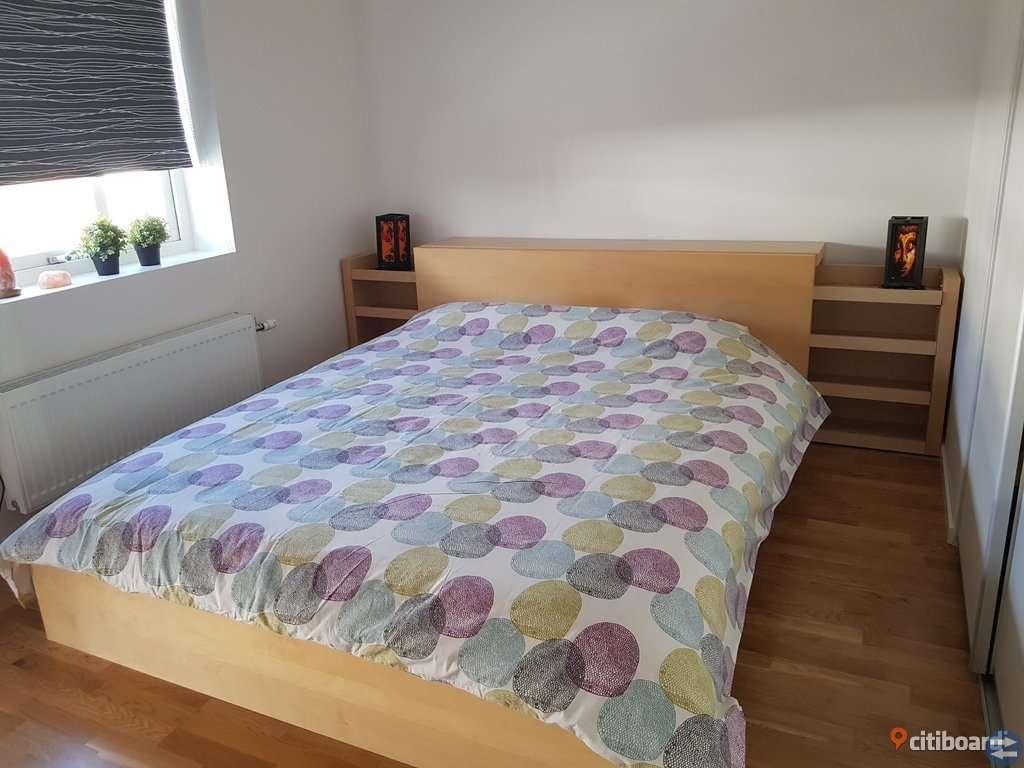 Säng/sänggavel/sängbord inkl resår- och bäddmadrass