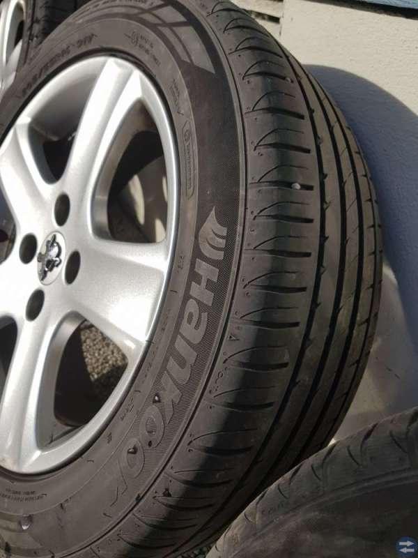 Fina däck med originalfälgar till Peugeot