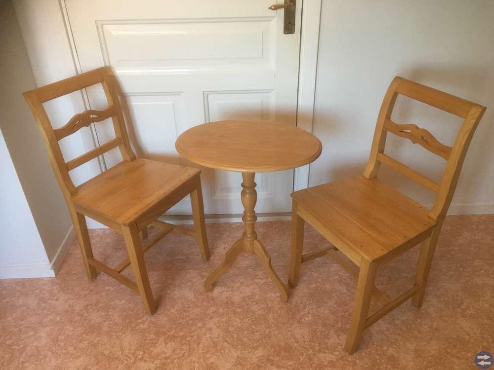Pelarbord med 2 stolar