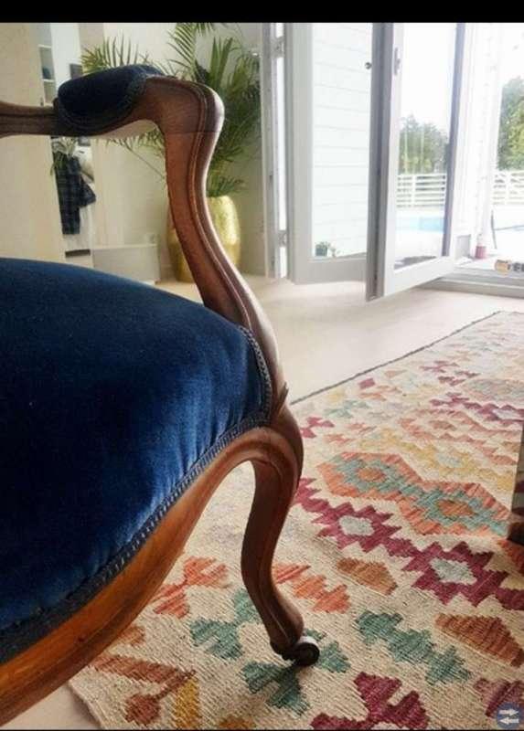 Herlig, kongeblå stoff stol selges!