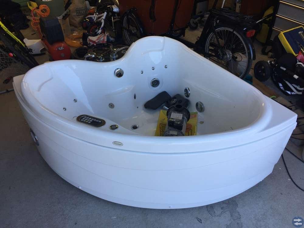 Hörnbadkar med bubbelfunktion 140x140x68