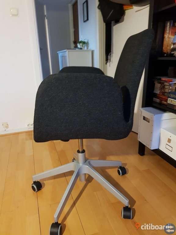 Skrivbord och gråa kontorsstolar säljes
