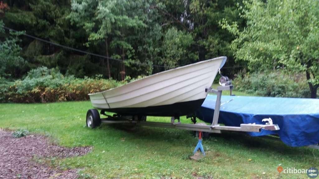Plastbåt med motor, trailer och åror