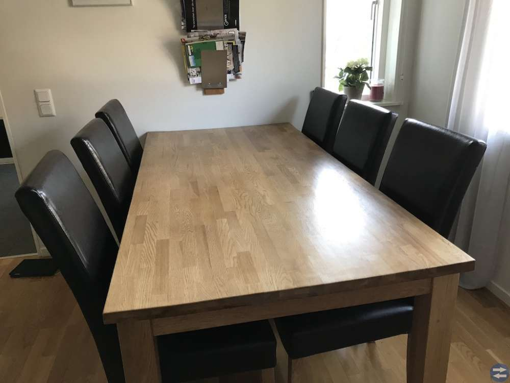 Matbord i ek + 6 st stolar i skinnimitation.