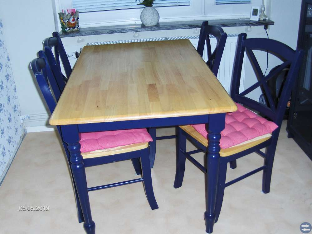 Vitrinskåp och matbord+4 stolar, + Salongbord