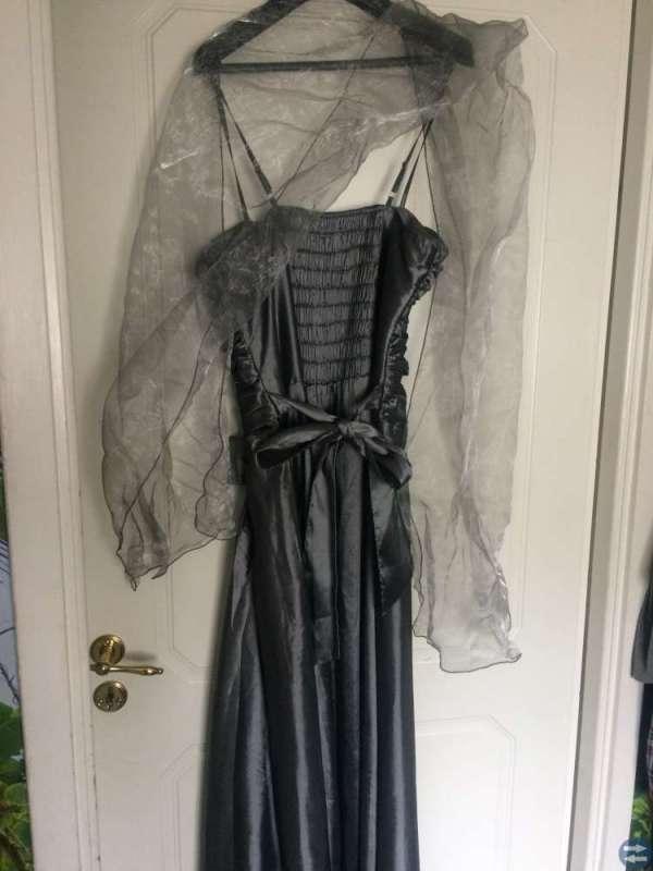 Vacker Oanvänd student-balklänning
