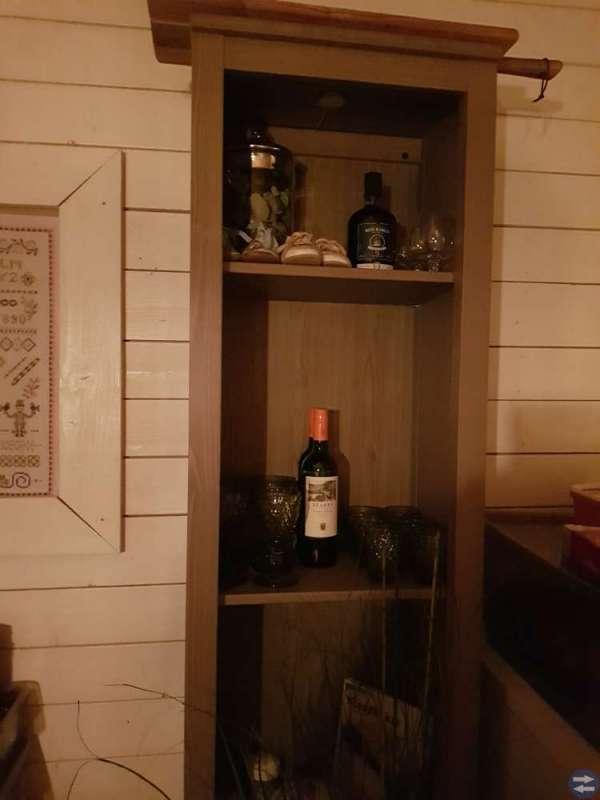 Bord, stolar och vitrinskåp