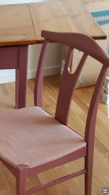Gammalt bord o två stolar