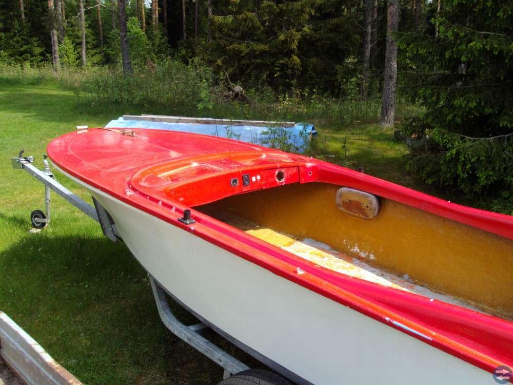 Plast båt en gammal klassiker 1500 kr utan kärra .