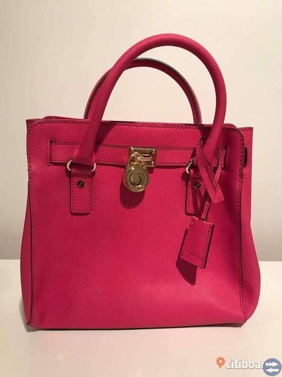 Äkta, oanvänd Michael Kors-väska säljes! Modellen Hamilton i färgen rosa.