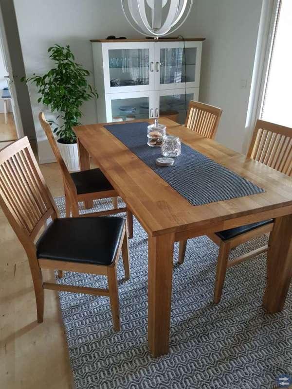 Matbord med fyra stolar