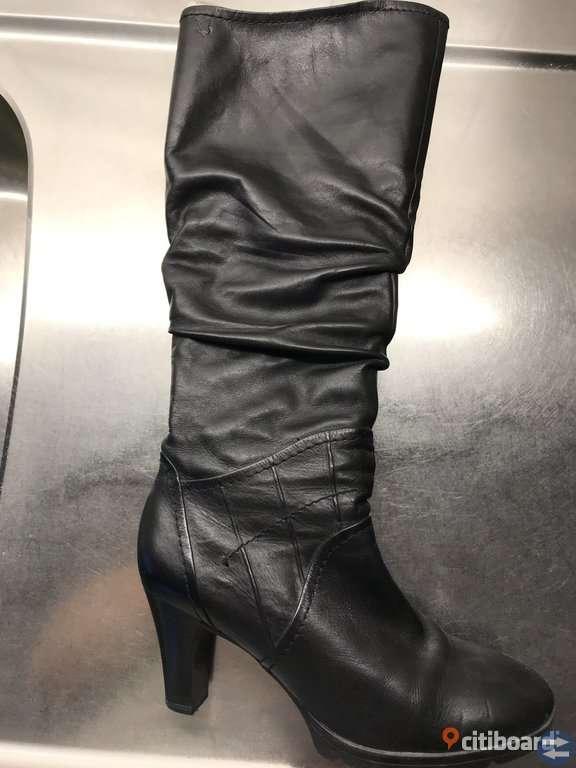65e4a1fc6ab Höga stövlar i fint läder. Dragkedja hela vägen och i mkt gott skick ...