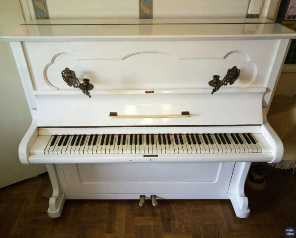 Snygg vit piano i bra skick, säljes snabbt!!