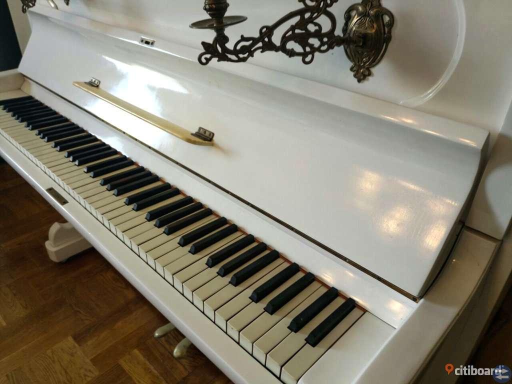Snygg vit piano i bra skick, säljes snabbt pga flytt!!