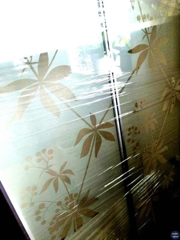 2 st bokhyllor med glasdörrar och överskåp