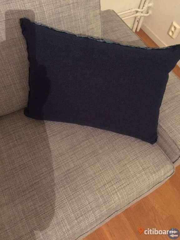 Design Kudde Guild mörkblå färg storlek 45x60 ny skick ny pris1300 kr säljes 600 kr