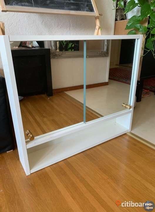 Spegelskåp med lampa