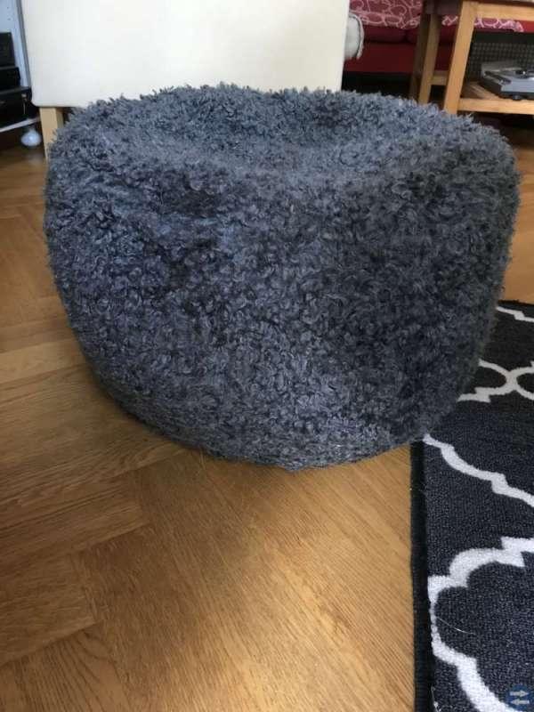 "Soffa Ikea, soffbord ek och fotpall ""får"""