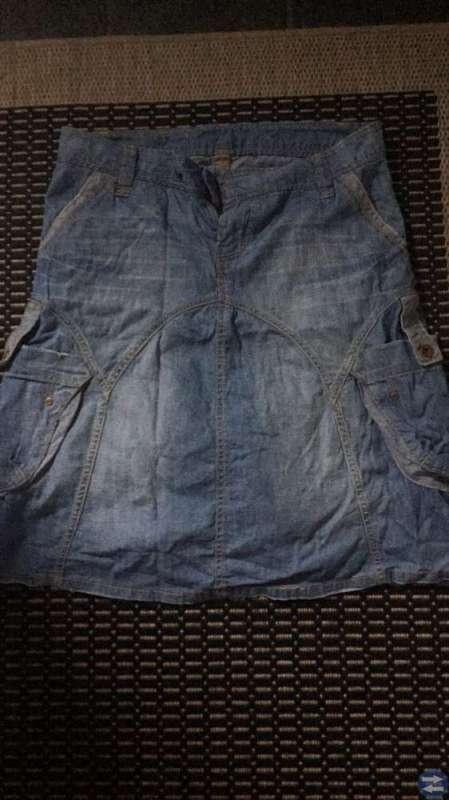 Säljer en ny jeanskjol stl 42/44