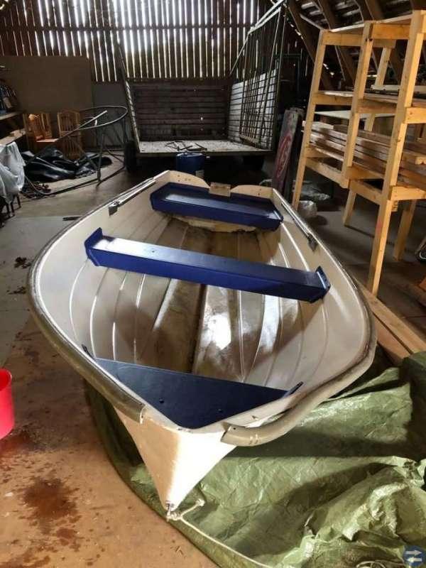 Båt med 6 hk tvåktare evinrud motor o trailer