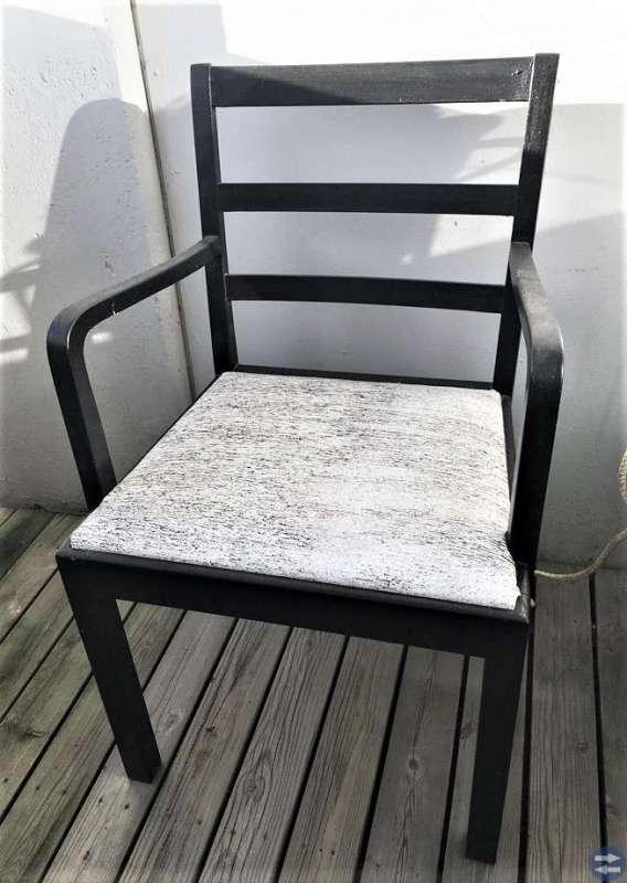 2 st robusta stolar i trä, svart, nyligen omklädda