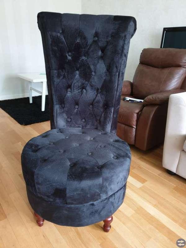 Svart  stol med hög rygg i sammet