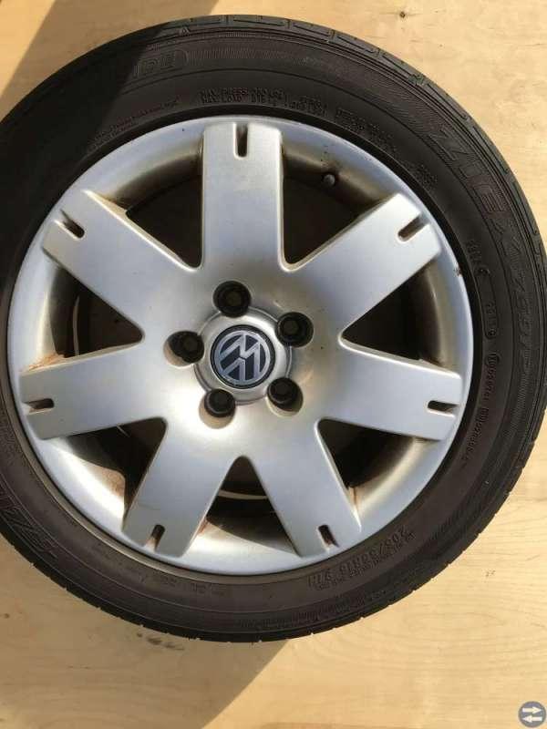 VW aluminiumfälgar (16 tum) med däck 205/55 16.
