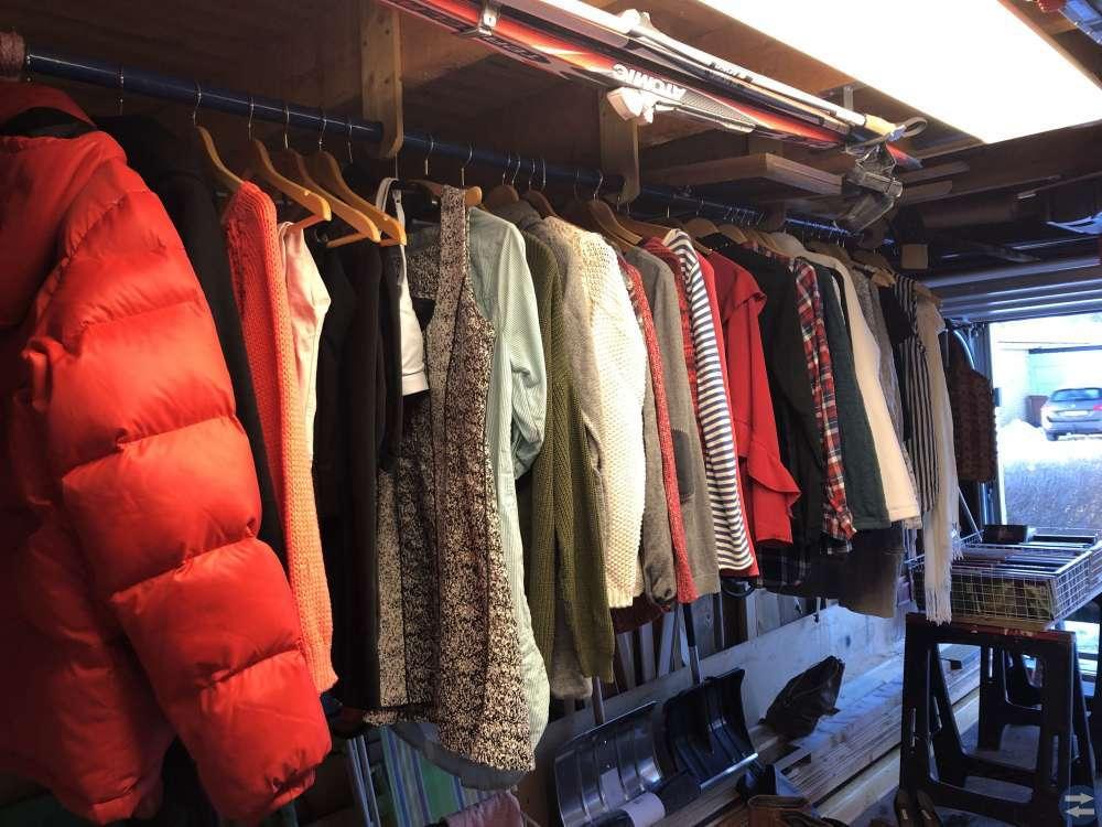 Kläder och böcker säljes lördag 12 januari